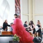 Una capa-vestido de tul y botas: el atuendo de une joven en su ceremonia de graduación