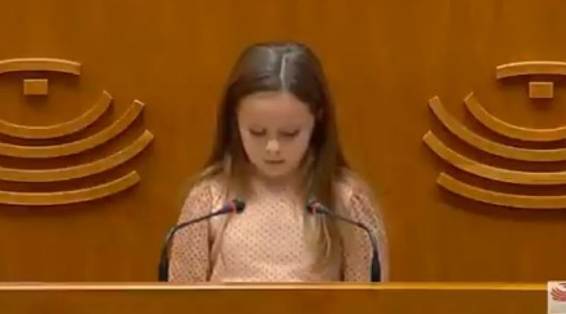"""El poderoso discurso de una niña transexual en la Asamblea de Extremadura: """"Sigan haciendo leyes para que nadie nos arrebate la felicidad"""""""