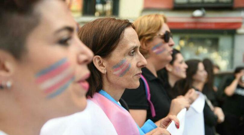Varias personas marchan con la bandera trans en la manifestación del Orgullo Crítico en Madrid de este 2017. ÁLVARO MIGUITO