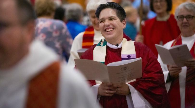 Canten una nueva canción al Señor: le sacerdote trans no binarie Rev. Kori Pacyniak