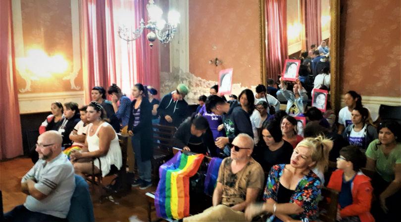 Personas trans del colectivo local presenciaron la sesión. Foto: La Opinión