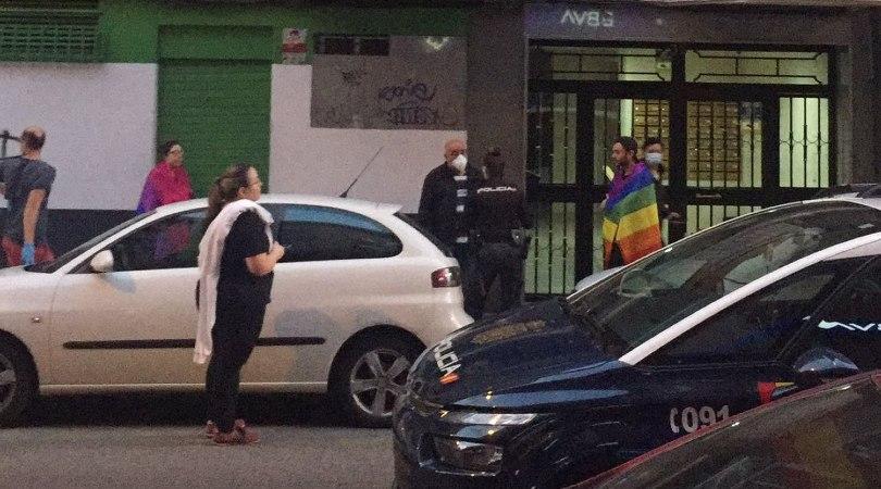 Detalle de la foto de Alex Roga en la que capta la intervención de la policía ante una agresión LGTBIQfóbica en Arganzuela. ALEX ROGA