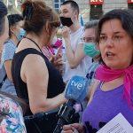 La presidenta de Euforia-Familias Trans Aliadas, Natalia Aventín, recibe uno de los premios MuestraT