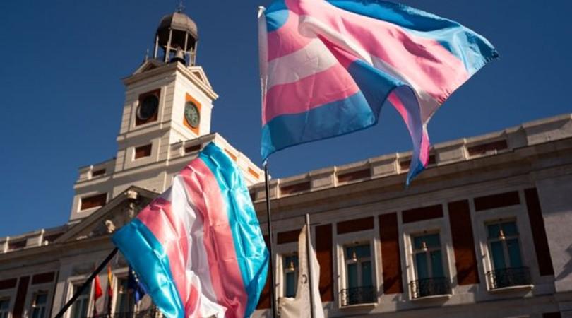 Banderas del movimiento transexual en la madrileña Puerta del Sol