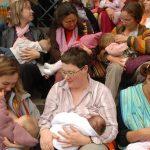 La organización benéfica para la lactancia, La Leche League, extiende su apoyo a progenitores trans y no binaries