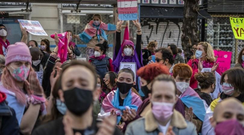 """Cientos de personas se concentran frente al Ministerio de Igualdad para defender la Ley Trans: """"¡Autodeterminación ya!"""""""
