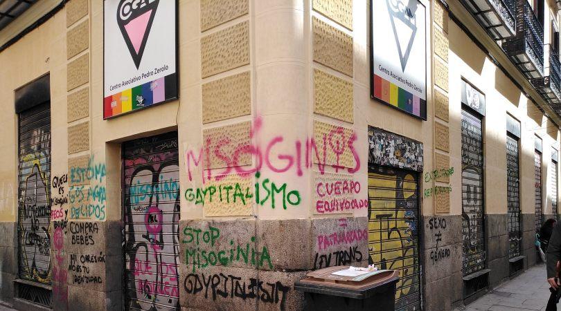 Pintadas contra la ley trans en la sede de Cogam, en Madrid