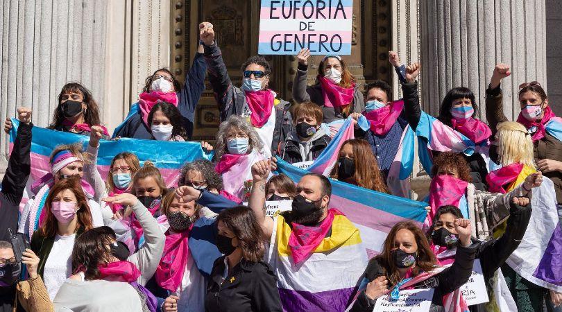 Indignación en los colectivos por la intención del PSOE de exigir un testimonio para avalar la identidad de las personas trans