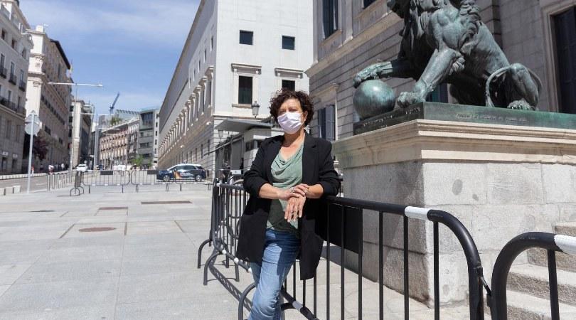 Pilar Vallugera, diputada de ERC, en las escaleras del Congreso, donde el martes defendió la ley trans cuya toma en consideración fue rechazada. ATENEA GARCÍA
