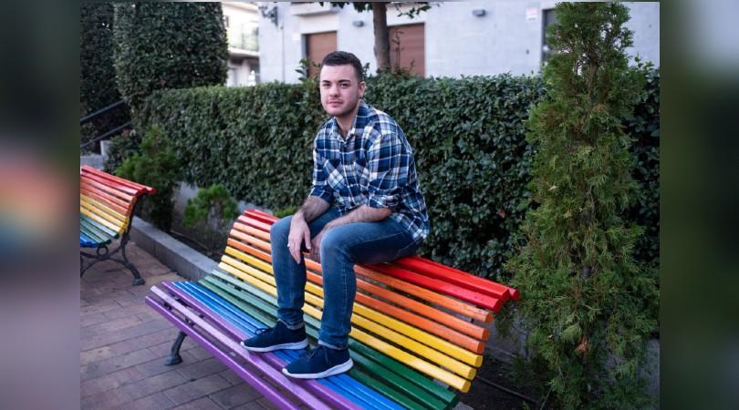 Haidar Alí Moracho, sentado el jueves sobre un banco de la plaza de la Iglesia, en Galapagar (Madrid). Fotografía: DAVID EXPÓSITO